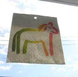 ダーラナホースのキッチンワイプ 窓にぺたっと乾燥